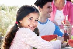 父亲和女儿室外烤肉的 免版税库存图片