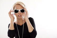 美丽的女孩是听到音乐 免版税图库摄影