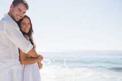 拥抱和看照相机的微笑的夫妇 图库摄影