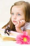 女孩读书 库存图片