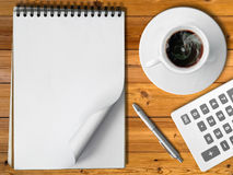 笔记本白色杯子热的咖啡银笔 免版税库存图片