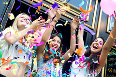 Молодые друзья имея партию Стоковое Изображение RF