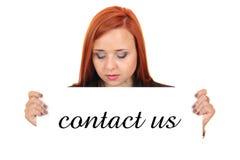 与我们联系。阻止白色横幅的一个美丽的少妇的画象 免版税库存图片