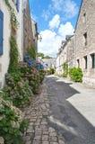 典型的街道在布里坦尼,法国。老房子由石头制成 免版税库存图片