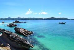 海滩、海和山 免版税库存图片