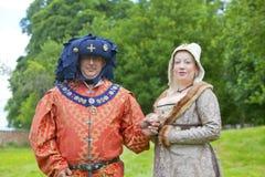 富有地加工好的男人和妇女中世纪服装的。 免版税图库摄影