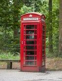 古板的多灰尘和被风化的英国电话箱子 免版税图库摄影