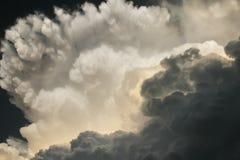 剧烈的雷暴云彩在南堪萨斯直接地开发在头顶上 免版税库存照片