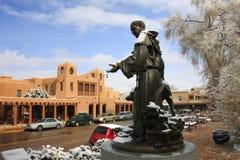 积雪的圣弗朗西斯雕象美丽如画的圣菲新墨西哥 免版税库存照片