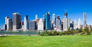 БРУКЛИН, Нью-Йорк - Манхаттан от парка Бруклинского моста Стоковые Фотографии RF