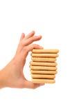 手举行利益撒盐饼干苏打饼干。 免版税库存照片