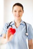 有心脏的女性医生 库存照片