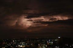 雷暴在城市生活 免版税库存图片