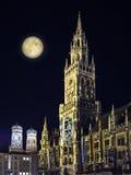 夜场面慕尼黑城镇厅和月亮 免版税图库摄影