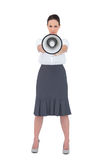 拿着她的扩音机的严厉的女实业家 免版税库存图片