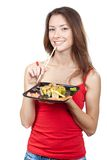 Красивая женщина брюнет есть суши Стоковое фото RF