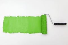 绿色漆滚筒 免版税库存图片