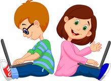 学习与膝上型计算机的动画片男孩和女孩 免版税库存图片
