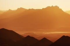 与山的日出。 库存图片
