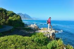 远足和看美好的海景的妇女 免版税图库摄影