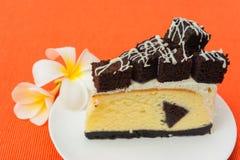 果仁巧克力乳酪蛋糕片断  免版税库存照片