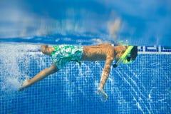 水下的男孩 免版税图库摄影