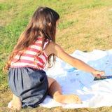 Χρωματίζοντας κορίτσι Στοκ Εικόνες