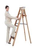 女实业家上升的事业梯子 免版税图库摄影