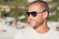 看英俊的年轻人佩带的太阳镜  免版税库存图片
