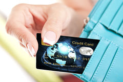 信用卡在从钱包去掉的妇女的手上 库存图片