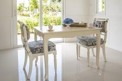 Таблица и стулья в живущей комнате Стоковые Фотографии RF
