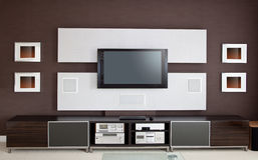与平面屏幕电视的现代家庭影院室内部 免版税库存图片