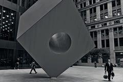 红色立方体在曼哈顿纽约 免版税库存图片