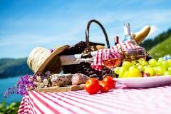 Пикник на траве Стоковые Изображения