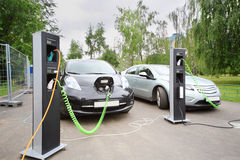 两辆电车被充电在电子充电 库存照片