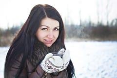 俏丽的女孩用热的茶在冬天 免版税库存照片
