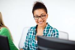 有计算机的非洲学生学习在学校的 免版税库存照片