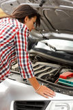 Женщина смотря сломленный двигатель автомобиля Стоковые Изображения