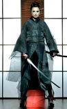 有武士剑的美丽的日本和服妇女 免版税图库摄影