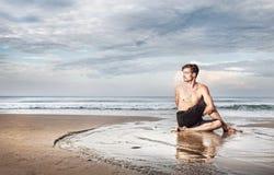 Γιόγκα στην παραλία Στοκ εικόνες με δικαίωμα ελεύθερης χρήσης