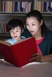 发光的书和老师惊奇的男孩 图库摄影