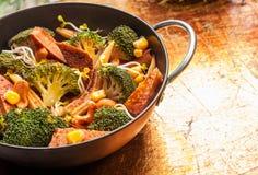 与季节性菜的亚洲烹调在铁锅 图库摄影