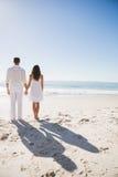 握手和观看海的有吸引力的夫妇 免版税图库摄影
