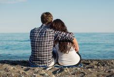 在海滩的年轻夫妇 库存照片