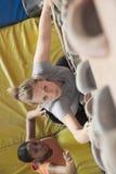 Δύο νέες γυναίκες που αναρριχούνται σε μια εσωτερική γυμναστική αναρρίχησης, άμεσα ανωτέρω Στοκ Εικόνες