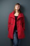 Счастливая женщина стоя на серой предпосылке Стоковое Изображение RF