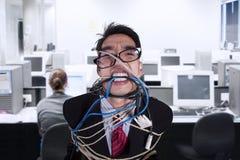 在绳索和缆绳栓的特写镜头恼怒的商人 免版税库存图片