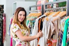 Покупки молодой женщины в универмаге моды Стоковое фото RF