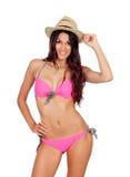 有桃红色游泳衣和草帽的可爱的妇女 免版税库存照片