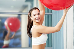 有健身球的愉快的健康妇女 库存图片